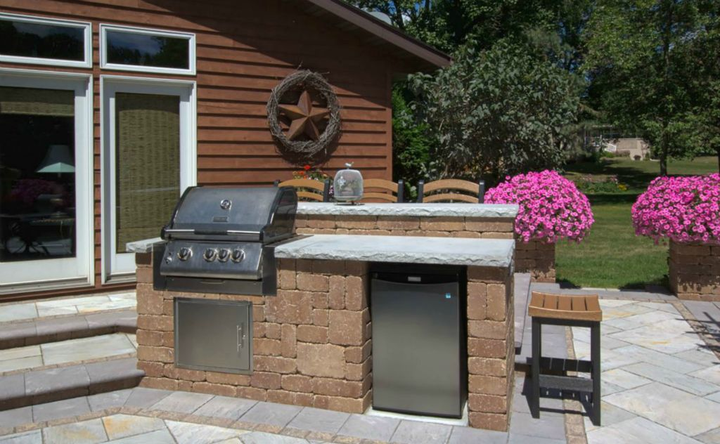 small outdoor kitchen with eating bar - Small Outdoor Kitchen